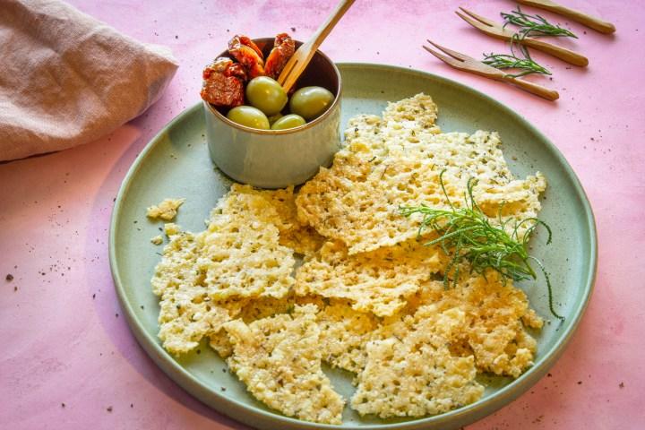 Parmesanchips mit Olivenkraut
