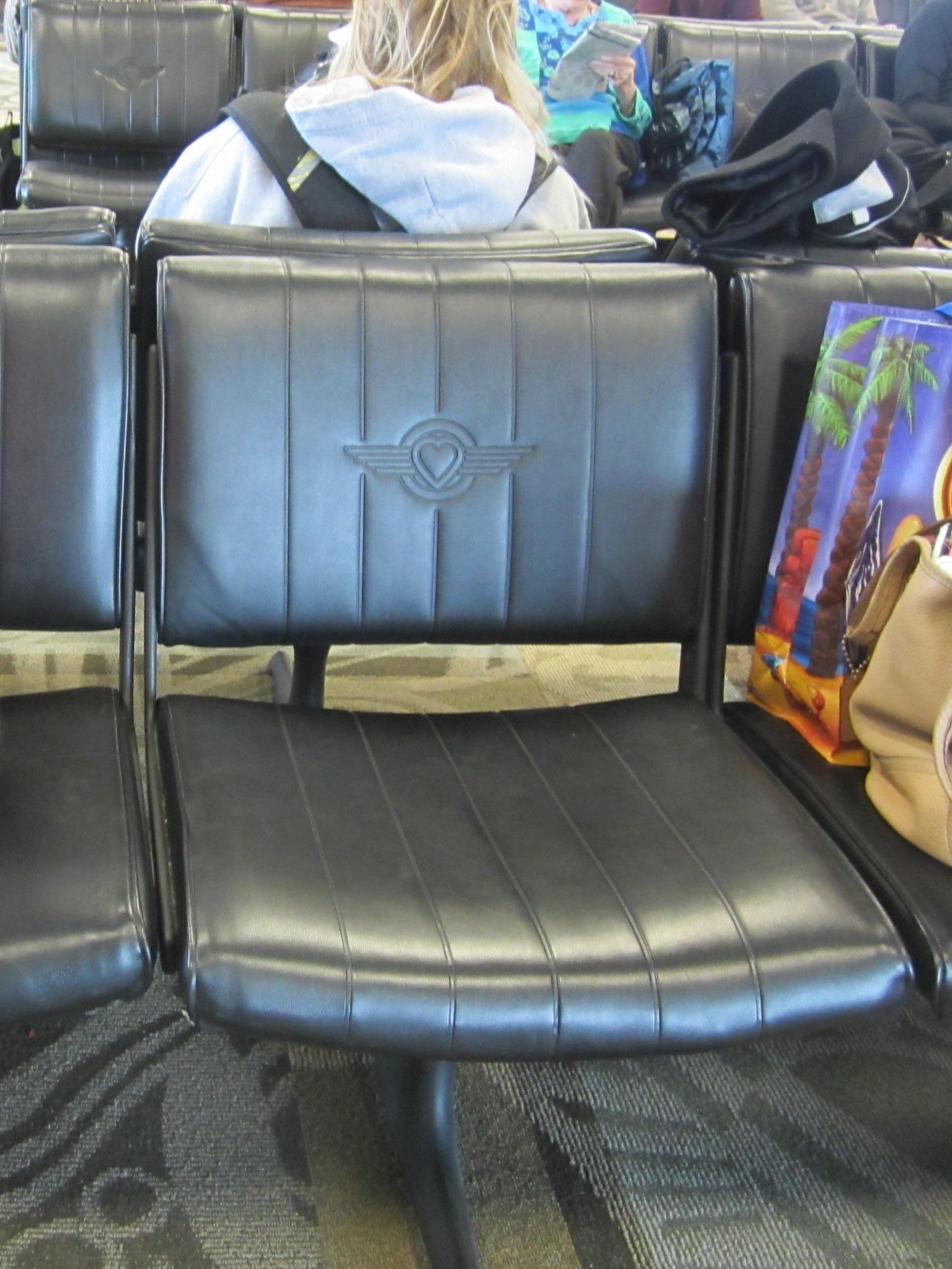Southwestのロゴ入りの椅子(フロリダFt. Lauderdale空港にて)