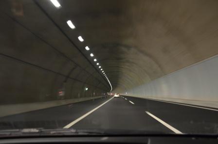 新東名高速道路 トンネル 電灯 片側