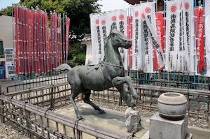 龍泉寺 馬の像(左)