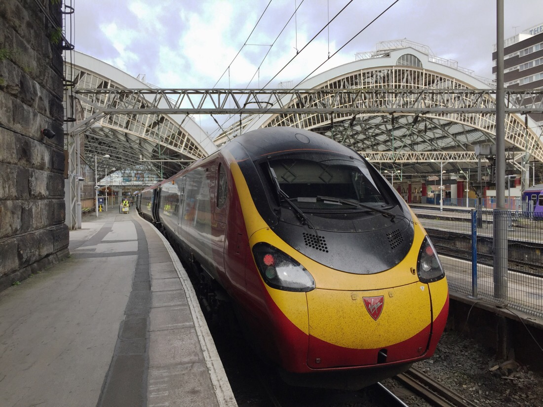 virgin trains pendolino in liverpool lime street station