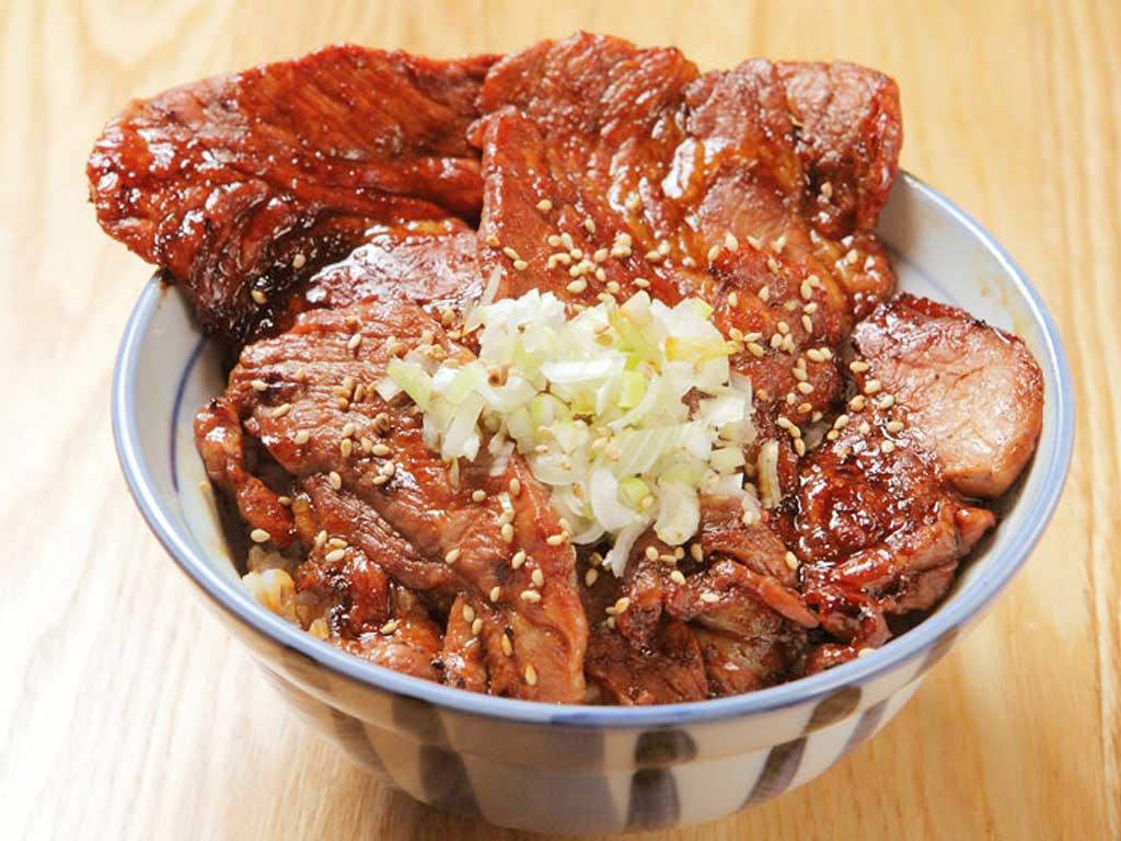 北海道名物 炭火焼き豚丼(並)(サラダ・漬物付) 800円