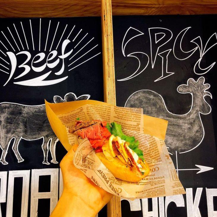 ローストビーフ&チキンのハーフドッグ