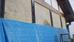 漆喰と中塗り土を剥がし