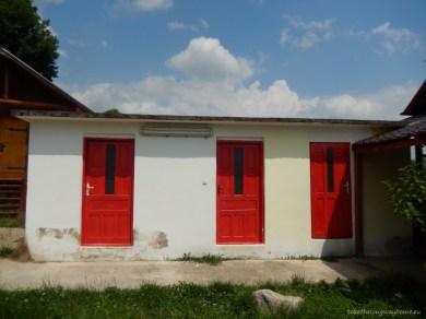 Grupurile sanitare cu toalete, duș, lavoar, mașină de spălat și de uscat rufe