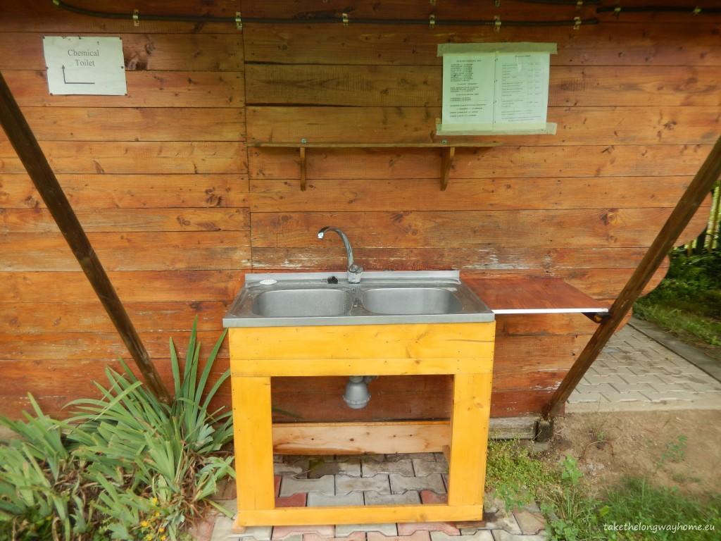 Sunt disponibile : grupuri sanitare, mașină de spălat haine (contracost), lavoar, posibilitatea golirii toaletei chimice
