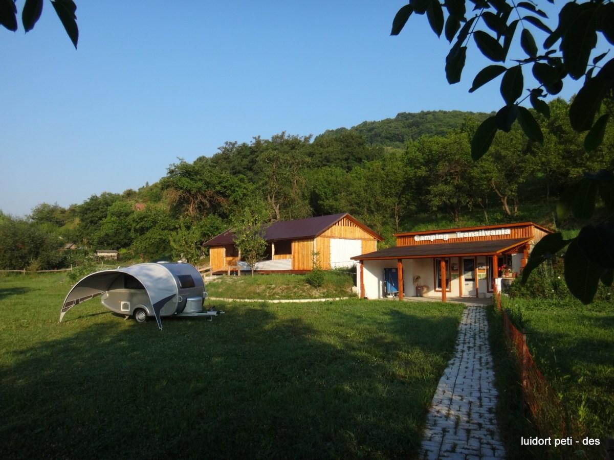 Locația se află pe malul râului Someș cu un teritoriu privat de 8 hectare de pădure