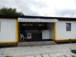 Facilități : electricitate (5 A / rulotă), apă curentă, bucătărie, mașină de spălat, grupuri sanitare, posibilitate golire toaletă chimică