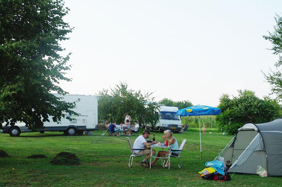 """Camping De Oude Wilg (Salcia Bătrână), strada Prundului, nr. 311, Cârța, județul Sibiu // GPS : N 45°47'03.8"""" E 24°34'02.0"""" / Lat 45.784400 long 24.567220 // site : www.campingdeoudewilg.nl // email : de_oude_wilg@yahoo.com // telefon +40269 521 347 / +40723 186 343 ------ foto : camping De Oude Wilg"""