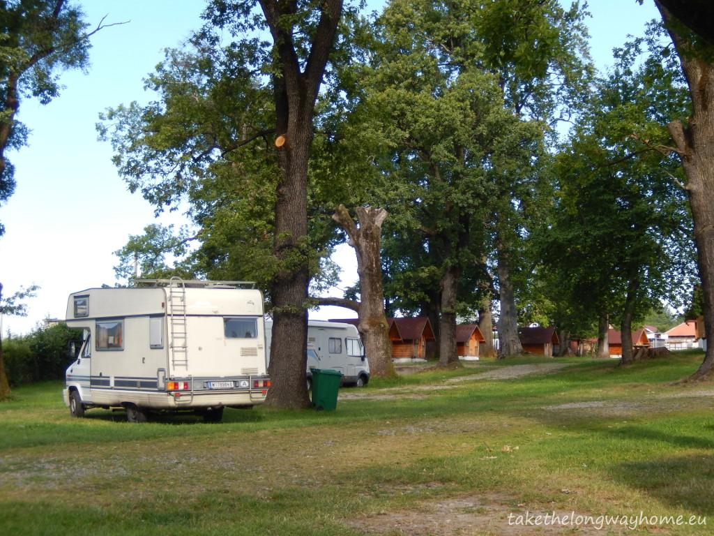 "Camping ""Popas Trei Stejari"", strada Tudor Vladimirescu, nr. 135, Horezu, județul Vâlcea // GPS : N 45 8 26,8 E 23 58 46,5 / Lat 45.1408046 long 23.9796071 // site : www.casahorezeana.ro / email : casa.horezeana@yahoo.com / telefon : +40 250 860 570"