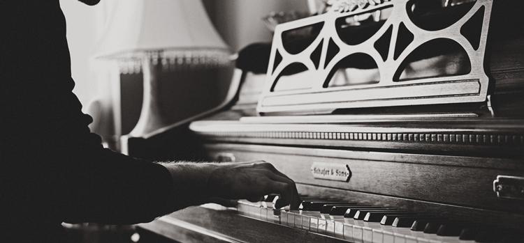 ピアノを弾く姿