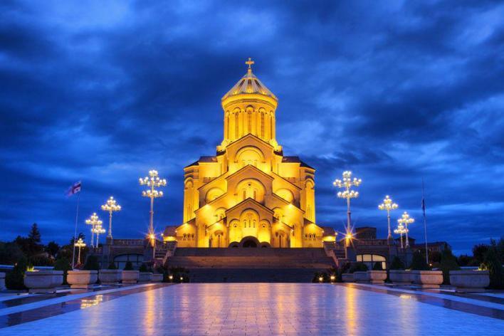 صورة ليلية لكاتدرائية الثالوث المقدس