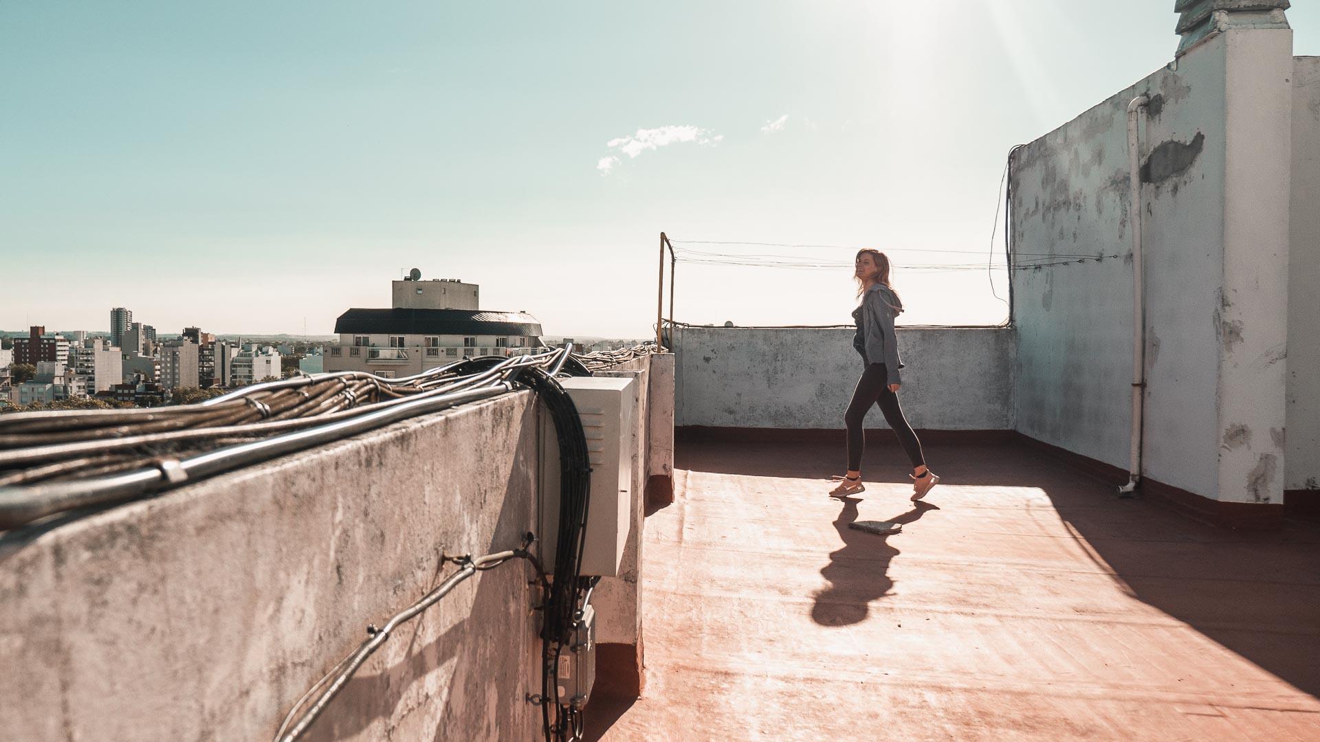 Ćwiczenia na dachu podczas izolacji w Mar del Plata, Argentyna