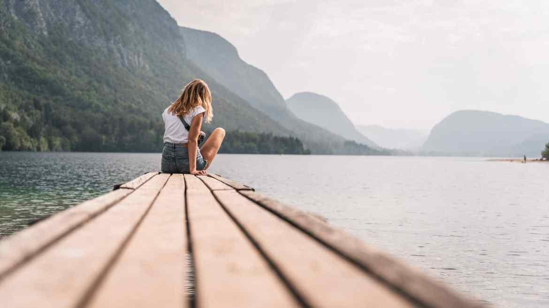 Ania na pomoście przy jeziorze Bohinj w Słowenii