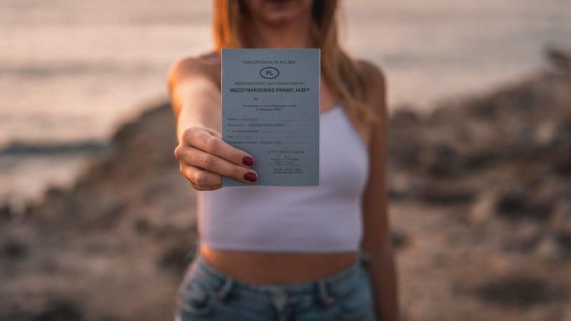 Międzynarodowe prawo jazdy w Konwencji Wiedeńskiej trzymane w ręce