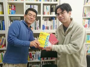 ワクワク系マーケティングの本をたこ梅 分店の上原さんにプレゼント