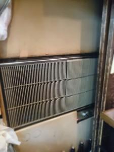 テーブル側の古い空調機器