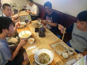 8月の現場会議のお昼ご飯は、みんな仲良く、丹波黒豆うどん也!