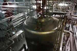 ビール工場内に並ぶ大きなタンク