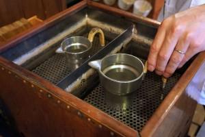 お酒は錫タンポで湯せんして燗つけ