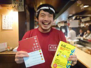 小阪先生の本2冊を手渡された峯松さん