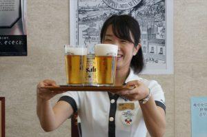 右の濱西さんのビールは泡のきめ細かさが違います