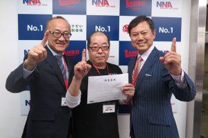佐藤先生、中野先生と、卒業の記念撮影をする松本さん