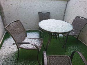 朝起きてベランダに出ると雪が積もっています