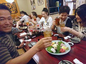 松野先生もスタッフさんも、思い思い楽しく飲んで食べています