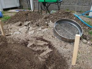 小石や瓦、礫が多かったのでふるいで取り除きました