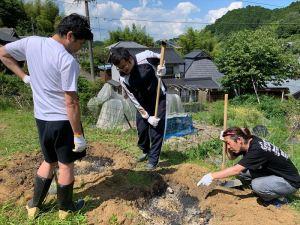 天地返しの底の部分には腐葉土、米ぬか、油かす、くん炭を敷きます