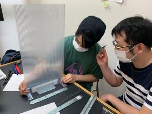 ポリカーボネイト板とアングルでパーティション制作を検討