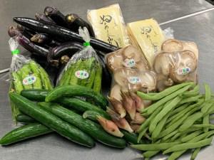 村の直売所で買ったり、ご近所の野菜や特産品