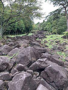 大きな黒い岩が400メートルも続く不思議な景色の「鍋倉渓」