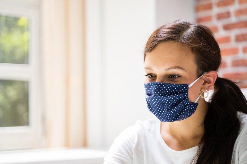 девушка в маске для лица