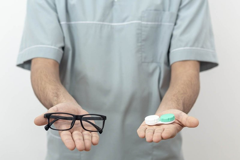 выбор между очками и линзами