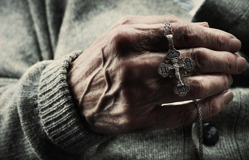 носить крест умершего человека