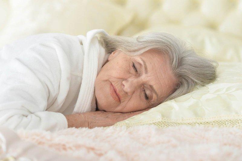 бабушка спит