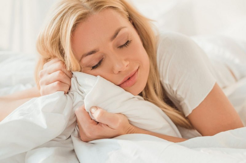 Зачем спать под одеялом в жару
