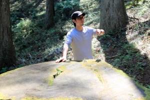 川上村の吉野杉を活用した家具を制作する平井さん。