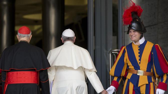 Paus Franciscus begroet een Zwitserse garde soldaat (Foto: Alessandra Tarantino - AP).