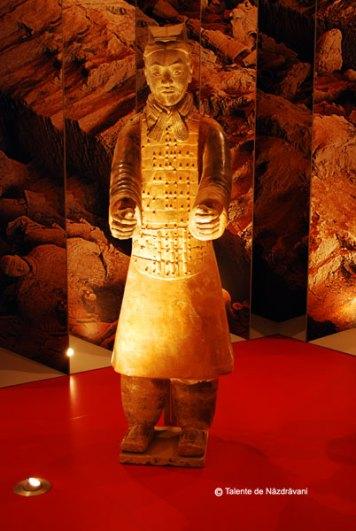Statuie de teracota reprezentand un vizitiu militar Dinastia Qin 221-206 i.Ch.