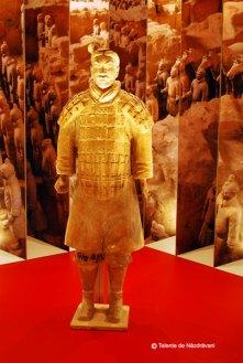 Statuie de teracota reprezentand un razboinic in armura Dinastia Qin 221-206 i.Ch. Razboinici utilizati in partea frontala a armatei, pentru lupta corp la corp.