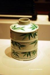 Vas smaltuit in forma de lastari de bambus decorat cu frunze de bambus. Recipient pentru ceai. Dinastia Quing 1644-1911
