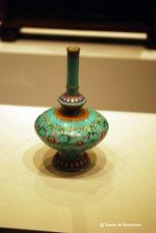 Vas de portelan decorat cu lotusi si motive impletite. Ceramica daruita de curtea imperiala calugarilor tibetani. Vasul pastra iarba folosita in scop ritual. Dinastia Quing 1644-1911