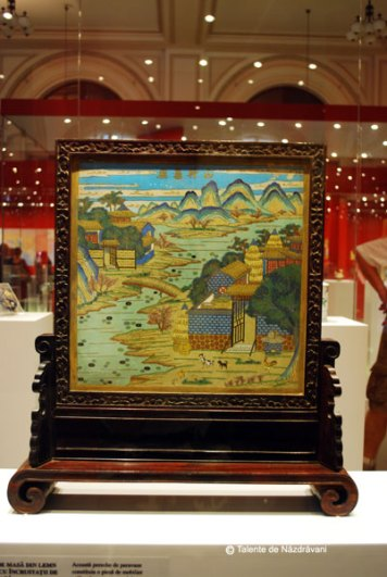 Paravan de masa din lemn de santal cu incrustatii de email la baza. Infatiseaza camdpuri de orez si case traditionale din China. Dinastia Quing 1644-1911