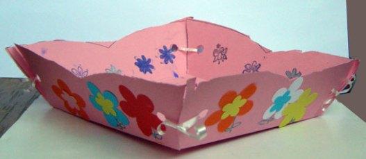 Cutie asamblata și decorată din carton