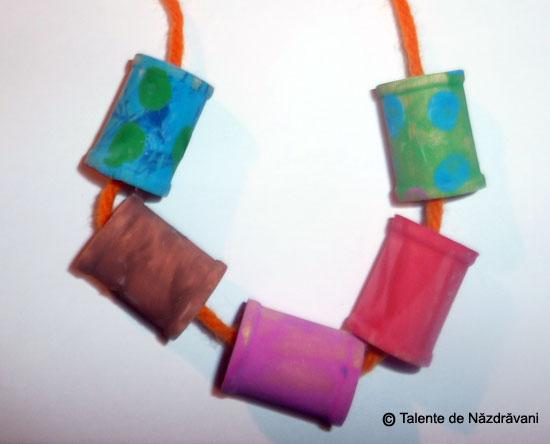 Mărgele modelate din pastă ceramică și pictate manual