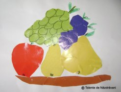 Pictură-colaj: farfurie cu fructe de toamnă