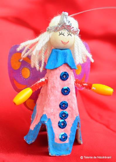 Iris H., Bucureşti O zână, cu rochiţă roz, şi aripioare sclipitoare.